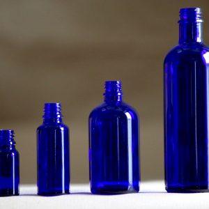 blå glasflasker
